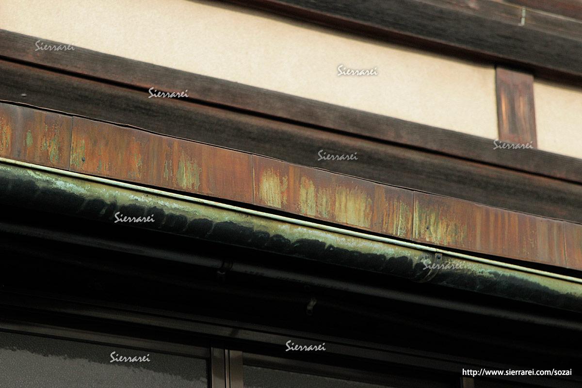 木造家屋の窓、屋根、瓦