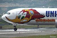 大阪国際空港(伊丹空港):JA8357。USJ仕様の離陸。