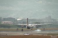 大阪国際空港(伊丹空港):JA842C着陸シーン。強風でバウンドして着陸。