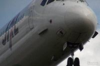 大阪国際空港(伊丹空港):横風で大きく揺れる飛行機の着陸シーン
