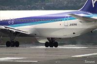 大阪国際空港(伊丹空港):ANA JA8289離陸シーン。陽炎でエンジンの排気の様子がよくわかります
