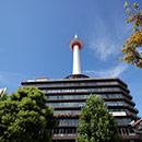 京都 駅ビルから少し出ての京都タワーの眺め