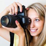 焦点距離の長いレンズを使うと視野が狭くなりますので、動く被写体を撮る時は両目を開けて追いかける