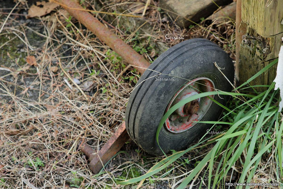 古びたタイヤと車軸