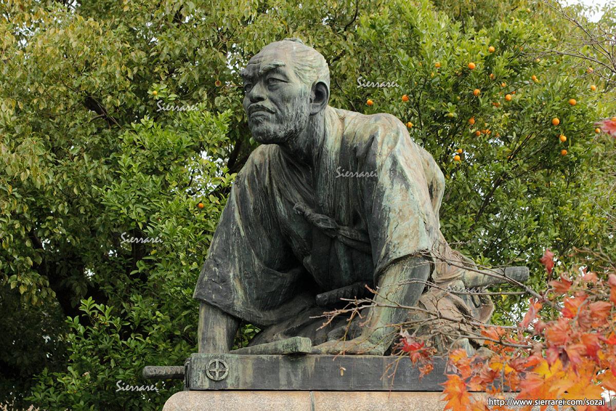 京都三条大橋近くの銅像「高山彦九郎 皇居望拝之像」