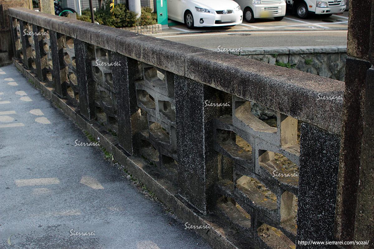 石の橋、石の欄干、汚れ